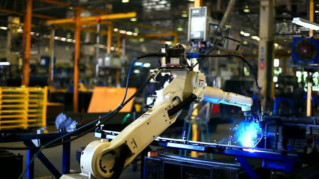 HD:Robotic arm welding.