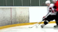 HD: foto di due giocatori di Hockey su ghiaccio Duelling da parete