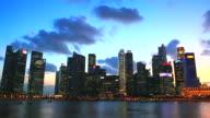 HD: Singapore Wahrzeichen in der Dämmerung Schwenken Aussicht.