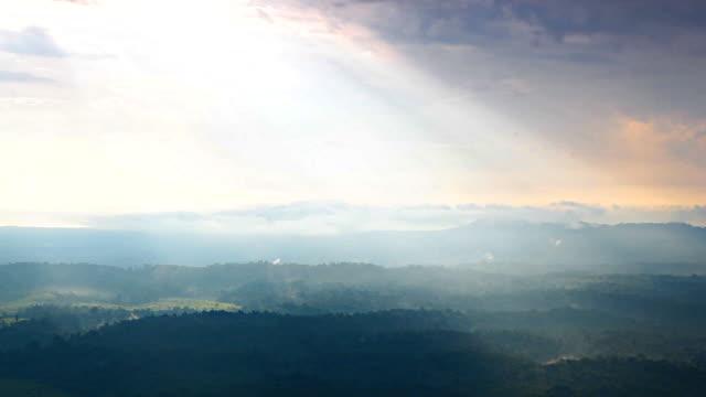 HD: Sonne über die Berge bei Sturm kam.