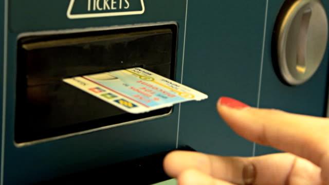 HD:Woman get the MRT ticket