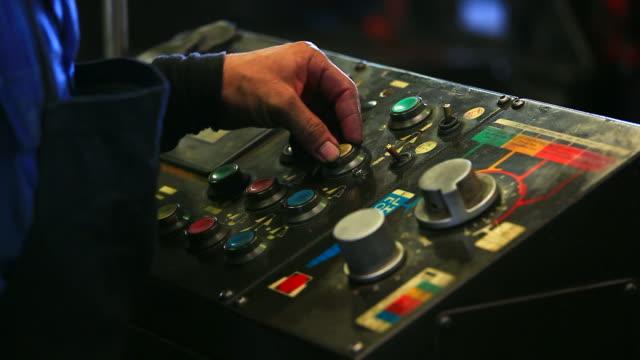 HD: Arbeiter Drücken Sie den Knopf am Gerät.