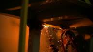 HD: Arbeiter mit Fackel cutter geschnitten, aus Metall