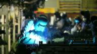 HD: Arbeiter mit Schweißen Maschine zu seiner Arbeit.