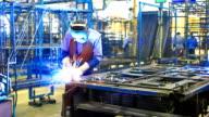 HD: Arbeiter in Helm während Schweißen Arbeit.