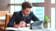 HD: giovane uomo d'affari che lavorano utilizzando tablet.