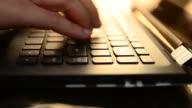 HD:Young kvinna att skriva på laptop tangentbord