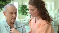 Professionista sanitario ascoltare cuore di uomo