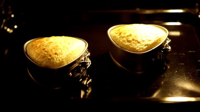 Heart Cake Oven. Herzkuchen im Backofen - ZOOM OUT