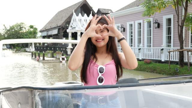 Hart Sign door jonge Aziatische vrouw