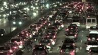 Traffico intenso in città di notte