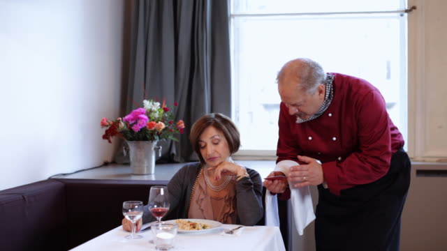 Heiress pays in restaurant, chef recognises her from the past