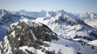 Hubschrauber-Flug durch schneebedeckte Berge