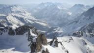 Elicottero attraverso montagne innevate