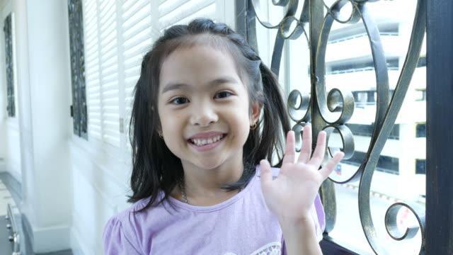 Hallo, auf Wiedersehen-Zeichens durch kleine Asiatin
