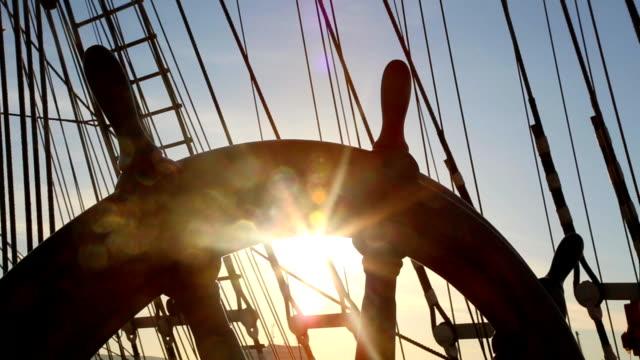 Schiffs-Steuer von einem Segelschiff und Sonntag