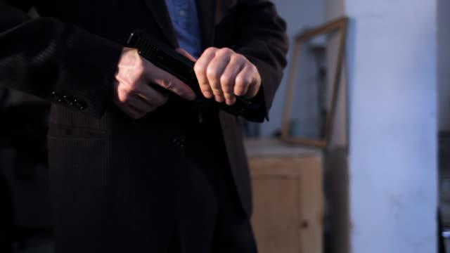 Hero oder Detektiv betreten, schreien an kriminelle-zwei Aufnahmen