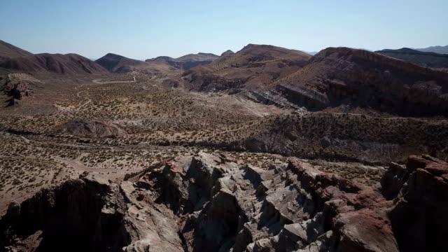 Hoog boven de grillige rotsformaties