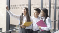 Vrienden van de middelbare school een selfie nemen op school