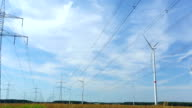 High Voltage Towers mit Windturbinen