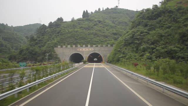 highway fahren: Durch den tunnel, der auf die Straße Richtung Fenghuang, china.