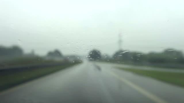 Highway fahren mit schlechtem Wetter