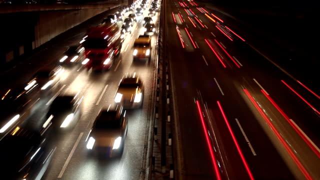 Autobahn-Verkehr in der Nacht