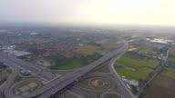 Snelweg verkeer in Bangkok, Thailand, luchtfoto video