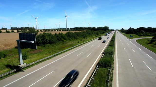 Traffico su autostrada con energia eolica in Germania