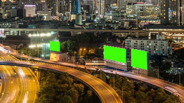 Snelweg met Billboard Chromakey en stadsgezicht bij nacht