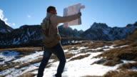 Da hiking controlli mappa all'alba in montagna