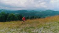 Wandelaar man met rugzak en Polen wandelen over de top