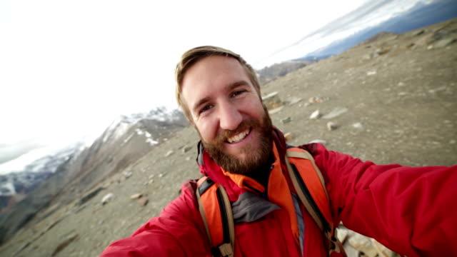 wandelaar neemt 360 graden uitzicht selfie portret