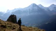 Hiking Traverse mountain prato sopra distanti cime
