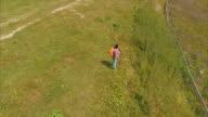Wandelaar vrouw stond op de rand van de berg