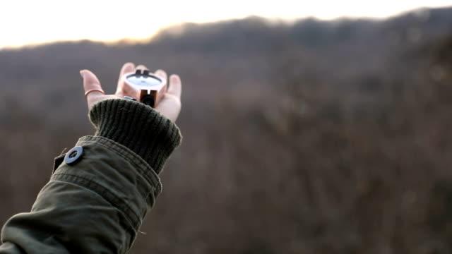 Hiker kvinna med en kompass i bergen
