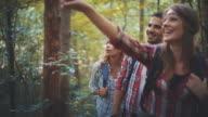 Escursionisti nella foresta.