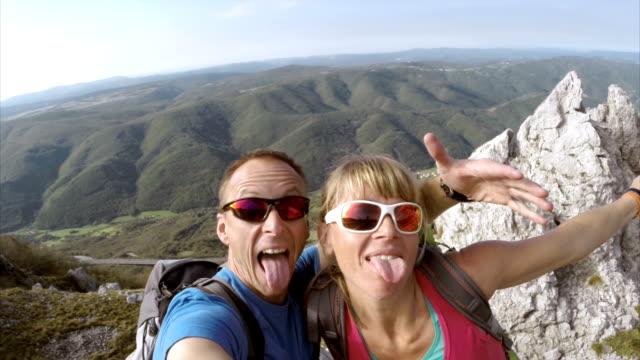 Escursionisti rendendo selfie su una collina