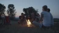 4K: wandelaars zingen en spelen gitaar rond het kampvuur.