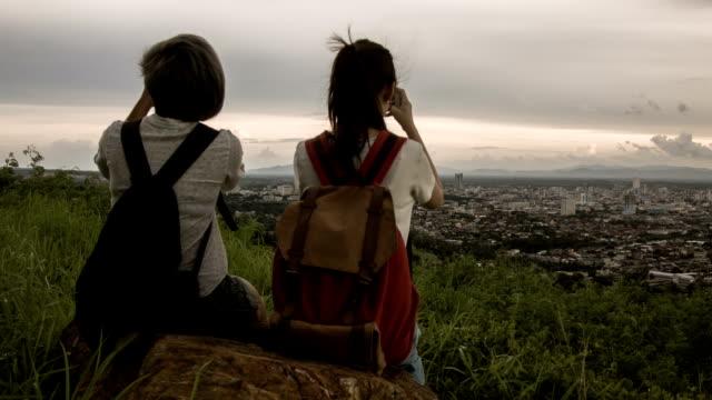 HD DOLLY: Wanderer Nehmen Sie ein Foto am Berggipfel