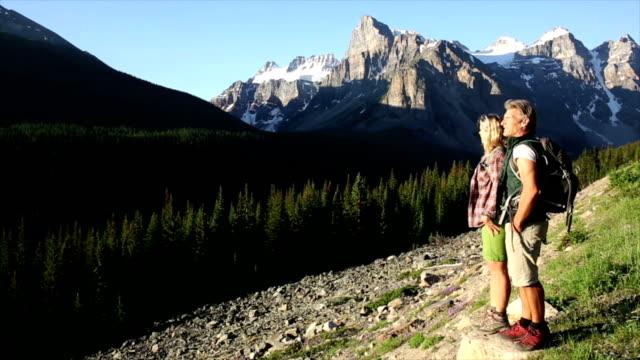 Wandern paar Sie am Berghang, Mann mit Hilfe