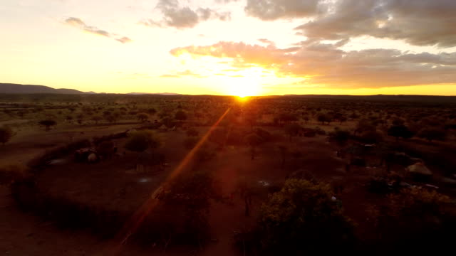HELI Himba Village bei Sonnenuntergang