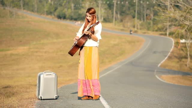 Hippie Frau spielt Musik und Tanz