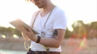 Hipster mit tablet