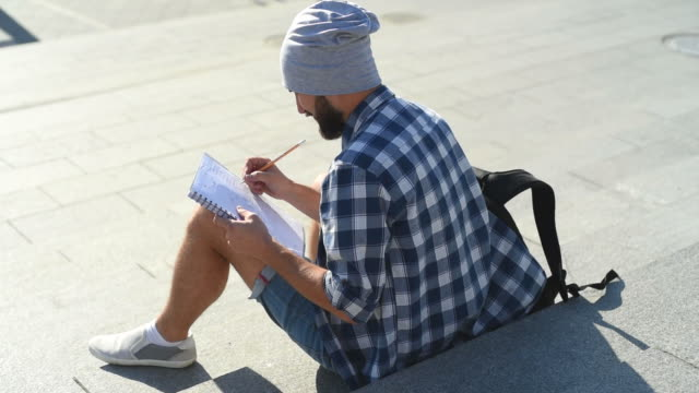 hipster-Künstler zieht in der Stadt
