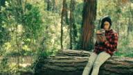 Hipster Mädchen mit digitalen tablet im Wald