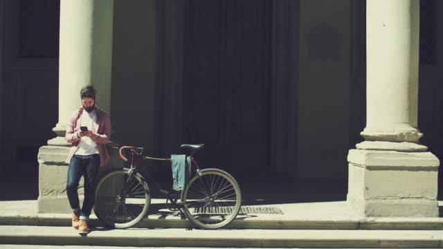 Hipster man met fiets in Firenze, Italië
