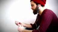 Hipster student hören Musik auf mp3-player.