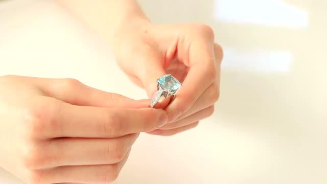 Con un bellissimo anello, giovane donna.