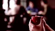 Hält eine Kaffee